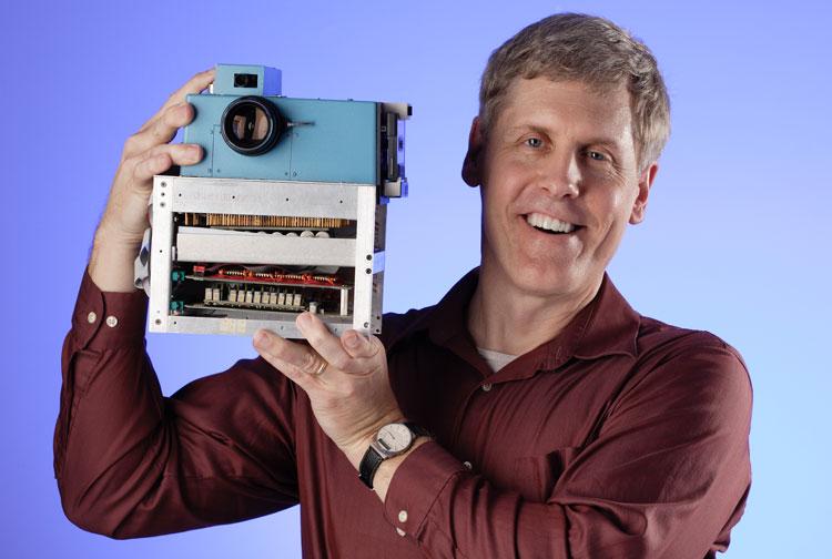 """柯达实验室有一位刚刚入职的年轻员工萨森,在不到一年的时间里,他就研发出一部采用CCD作为感光介质的""""手持式电子静态照相机"""