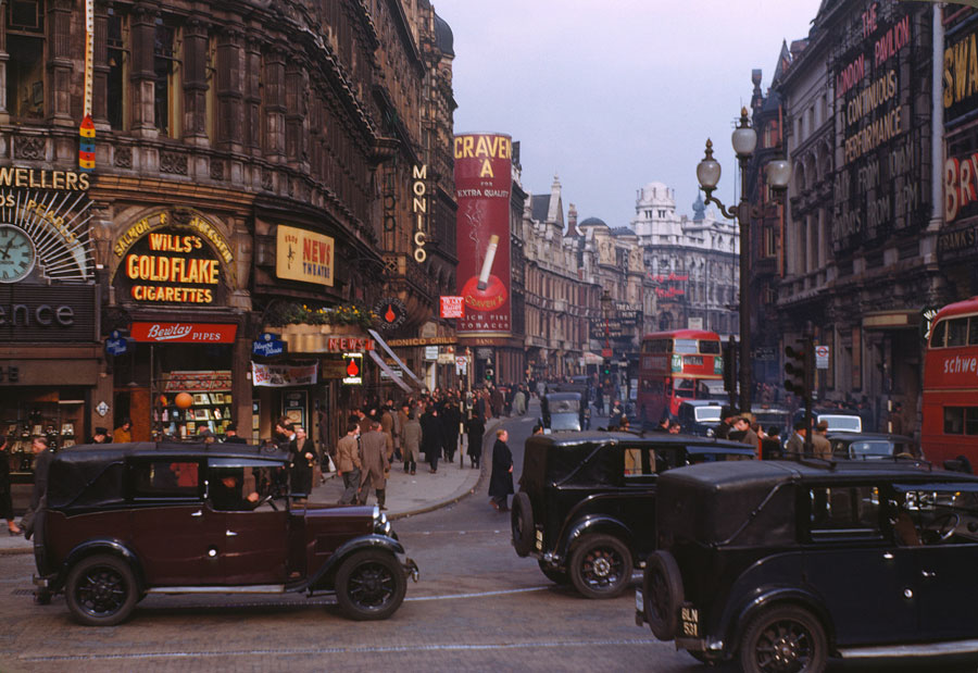 这是摄影师查尔默斯·巴特菲德(Chalmers Butterfield)于1949年在英国伦敦西区,使用柯达彩色反转片拍摄的照片。